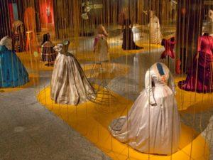 Современная выставка костюма