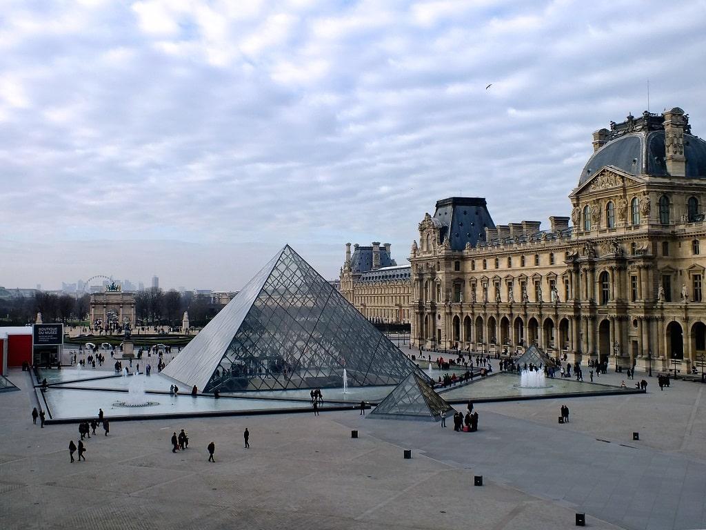 Здание музея и пирамида