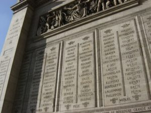 Стены Триумфальной арки покрывают надписи, отражающие названия одержанных побед