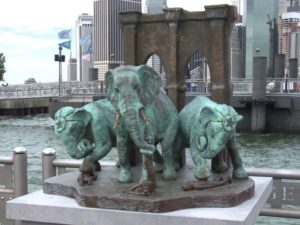 В честь трагедии на мосту установлена статуя изображающая проход слонов в 1883 году