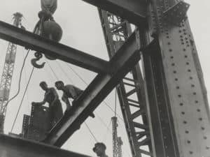 Монтажники на строительстве небоскреба
