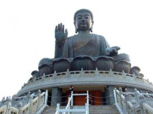 Божество восседает на крыше оригинального строения