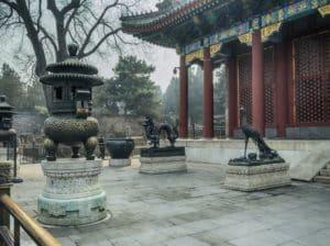 Перед входом стоят бронзовые фениксы и драконы