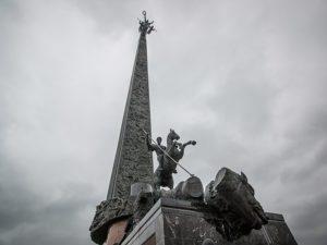Монумент украшают барельефы, а также группа скульптур