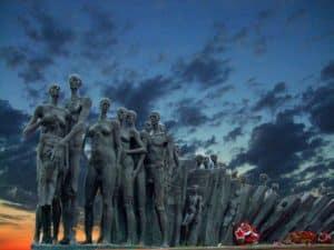 Стела под названием «Трагедия народов»