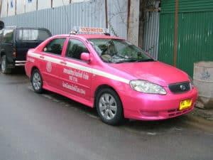 Такси розового цвета означают - водитель женщина