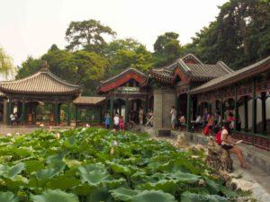 Цепь павильонов вдоль берега реки – повторение знаменитой торговой улицы в городе Сучжоу