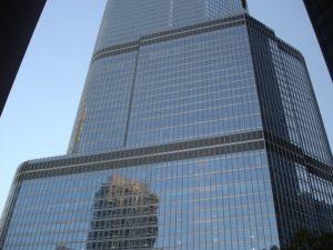 Решение в оформлении здания – ступенчатая геометрия