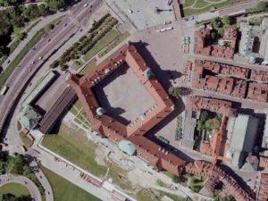 Замок возвели в прямоугольной форме, в какой он был сооружен в XVII веке