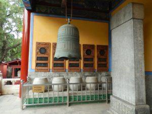Каменные барабаны стоят у входа Павильона Учености