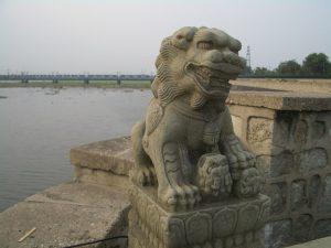 Огромное животное скрывает львенка