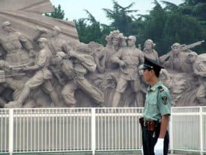 Комплекс защищен забором и с 4-х сторон окружен символичными скульптурами